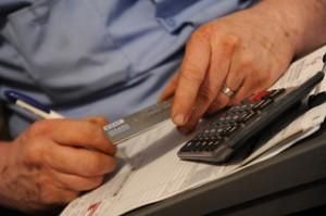 איך משלמים חשבונות כשיש חובות?