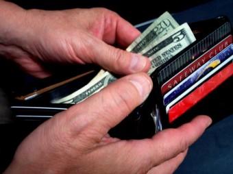 אנשים בחובות - מוציאים יותר
