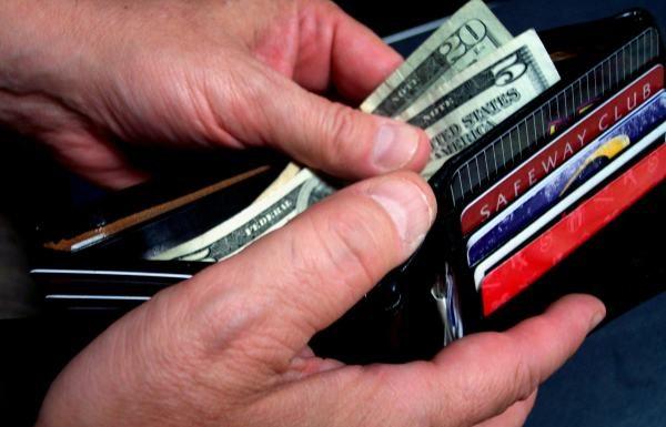 למה אנשים בחובות מוציאים יותר כסף?